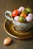 Huevos de Pascua del chocolate en una taza Foto de archivo