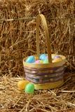 Huevos de Pascua del primer con la cesta y la paja Imagen de archivo libre de regalías