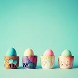 Huevos de Pascua del vintage en tarros de cerámica Fotografía de archivo libre de regalías