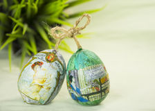 Huevos de Pascua e hierba pintados a mano de la primavera Foto de archivo libre de regalías