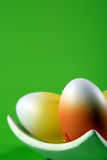 Huevos de Pascua en backgroun verde fotografía de archivo libre de regalías