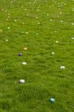 Huevos de Pascua en césped Imágenes de archivo libres de regalías