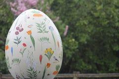Huevos de Pascua en centro de ciudad de Londres - la primavera florece Foto de archivo
