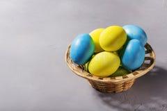 Huevos de Pascua en cesta Fotos de archivo