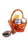 Huevos de Pascua en cesta Fotografía de archivo