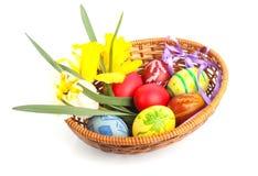 Huevos de Pascua en cesta Foto de archivo
