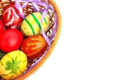 Huevos de Pascua en cesta Imagen de archivo libre de regalías