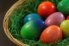 Huevos de Pascua en cesta