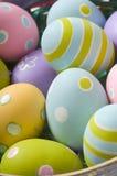 Huevos de Pascua en cesta Imagen de archivo