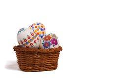 Huevos de Pascua en cesta Foto de archivo libre de regalías