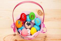 Huevos de Pascua en cesta Fotos de archivo libres de regalías
