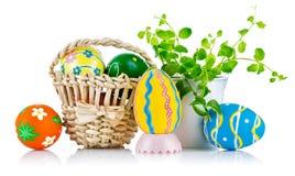 Huevos de Pascua en cesta con las hojas de la primavera Imagen de archivo
