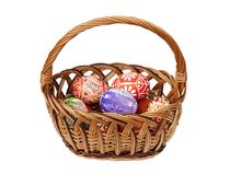 Huevos de Pascua en cesta de mimbre Fotografía de archivo