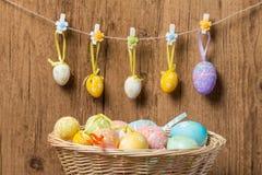 Huevos de Pascua en cesta de mimbre Imagenes de archivo