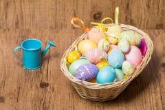 Huevos de Pascua en cesta de mimbre Imágenes de archivo libres de regalías