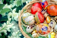 Huevos de Pascua en cesta de mimbre Fotos de archivo libres de regalías