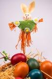 Huevos de Pascua en cesta de mimbre en blanco Imágenes de archivo libres de regalías