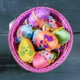 Huevos de Pascua en cesta del violett Visión superior Imagenes de archivo