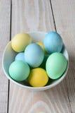 Huevos de Pascua en colores pastel en un cuenco Imagen de archivo libre de regalías