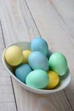 Huevos de Pascua en colores pastel en una vertical del cuenco Fotos de archivo libres de regalías