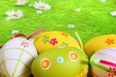 Huevos de Pascua en colores pastel y coloreados Fotos de archivo libres de regalías