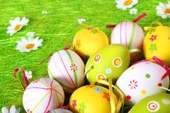 Huevos de Pascua en colores pastel y coloreados Fotos de archivo