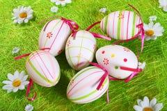 Huevos de Pascua en colores pastel y coloreados Imagen de archivo libre de regalías