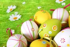 Huevos de Pascua en colores pastel y coloreados Foto de archivo