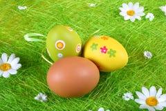 Huevos de Pascua en colores pastel y coloreados Imagen de archivo