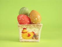 Huevos de Pascua en crisol de arcilla Imagen de archivo libre de regalías