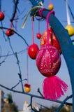 Huevos de Pascua en el árbol Fotos de archivo