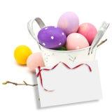 Huevos de Pascua en el cubo aislado en blanco Imagen de archivo libre de regalías