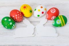 Huevos de Pascua en el fondo blanco fotos de archivo