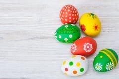 Huevos de Pascua en el fondo blanco fotos de archivo libres de regalías