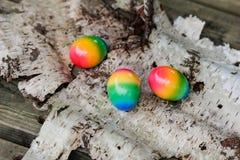 Huevos de Pascua en el fondo de la corteza de abedul Imagen de archivo