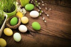 Huevos de Pascua en el fondo de madera imagenes de archivo