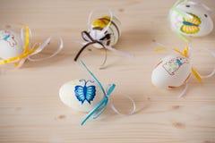 Huevos de Pascua en el fondo de madera Fotos de archivo