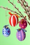 Huevos de Pascua en el ramo del sauce, verde excesivo vertical Fotos de archivo