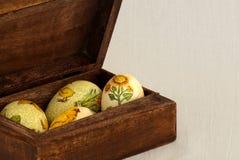 Huevos de Pascua en el rectángulo de madera Imagen de archivo libre de regalías