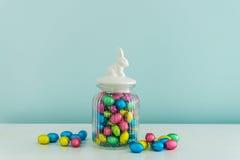 Huevos de Pascua en el tarro de cristal Fotografía de archivo libre de regalías