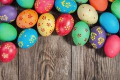 Huevos de Pascua en el viejo tablero Concierto festivo Fotografía de archivo libre de regalías