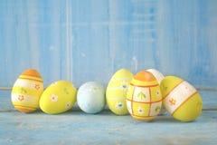 Huevos de Pascua en fila en el fondo sucio, primer, buena copia s fotos de archivo
