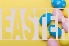 Huevos de Pascua en fondo amarillo con el espacio Concepto ilustración del vector