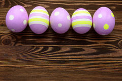 Huevos de Pascua en fondo de madera Imagen de archivo