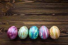 Huevos de Pascua en fondo de madera Imágenes de archivo libres de regalías