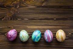 Huevos de Pascua en fondo de madera Foto de archivo