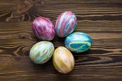 Huevos de Pascua en fondo de madera Fotografía de archivo libre de regalías