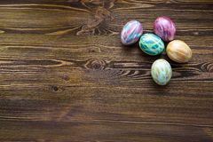Huevos de Pascua en fondo de madera Imagenes de archivo