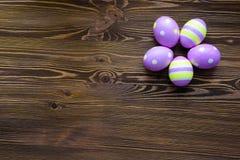 Huevos de Pascua en fondo de madera Fotografía de archivo