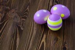 Huevos de Pascua en fondo de madera Fotos de archivo libres de regalías